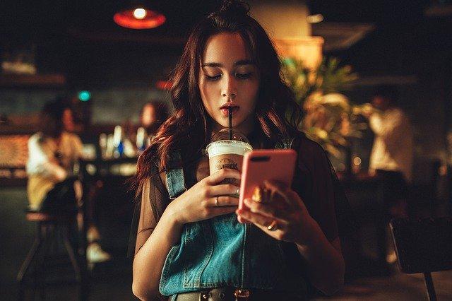 Závislost na chytrých telefonech trápí všechny napříč společnostmi