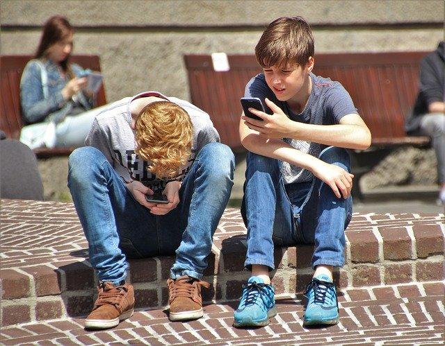 děti na telefonech